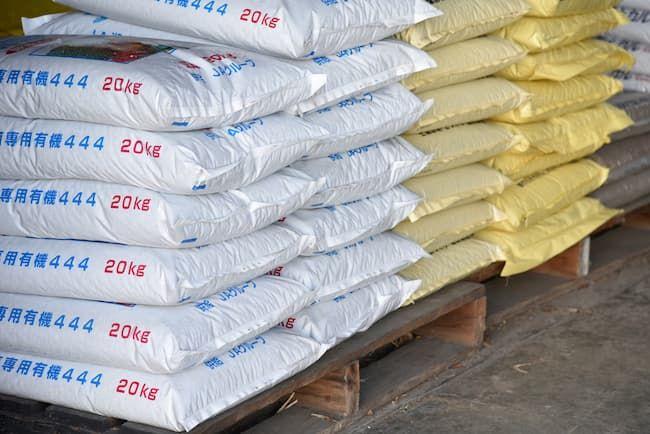 農家の倉庫 多様な肥料が積まれている