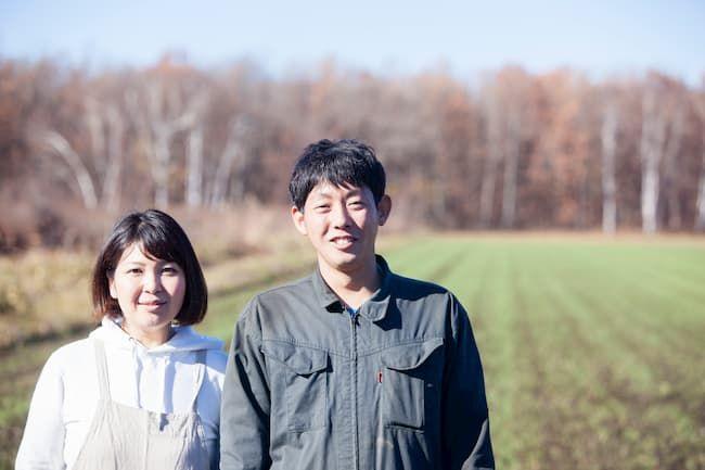つなぎを着ている農家カップル