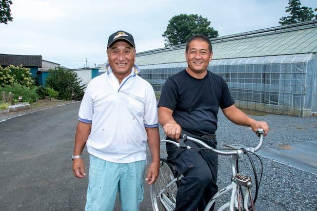 茨城県産マンゴーの栽培に成功した保田幸雄さんと、息子の保田健一さん