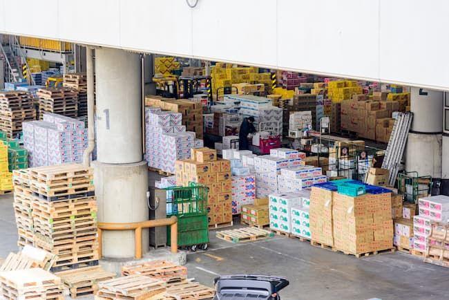 青果卸売市場 さまざまな野菜の段ボールが積まれている