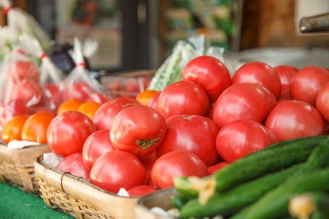 野菜直売所の新鮮なトマト、きゅうり