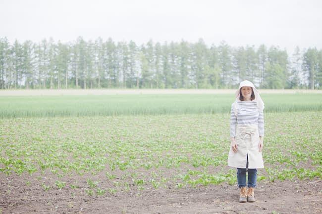 畑に立つ農家の女性