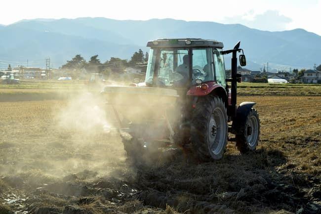 トラクターでほ場に石灰を撒く