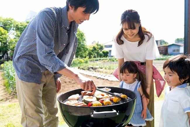 新鮮な野菜でバーベキューを楽しむ家族のイメージ