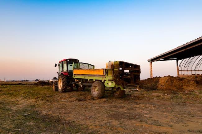 トラクターに取り付けられた堆肥散布機