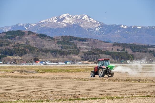 肥料散布するトラクター