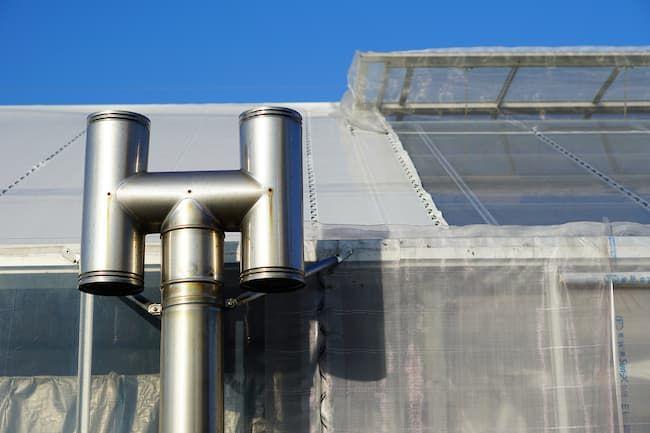 ビニールハウスのボイラー煙突 施設園芸農業は燃料価格の影響を大きく受ける
