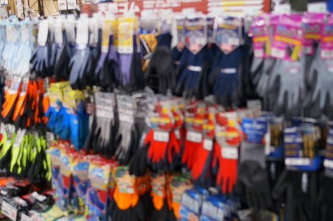 カラフルな商品が並ぶ作業用手袋売り場