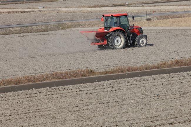 トラクターによる肥料散布