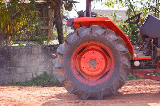 トラクターのタイヤの点検項目は空気圧と傷、ボルトやナットのゆるみ