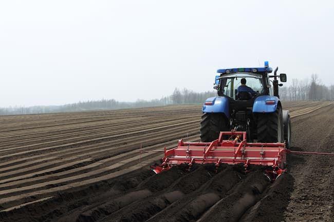 トラクターによる肥料散布後の土壌攪拌