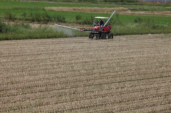 トラクターによる除草剤散布
