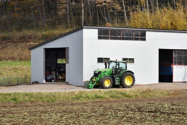 農業倉庫とトラクター
