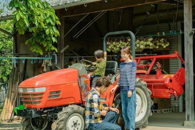 農機具倉庫の前の家族