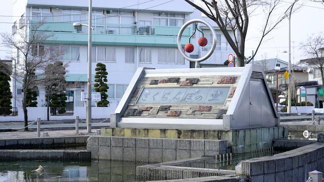 寒河江駅近くの「さくらんぼの里」のモニュメント