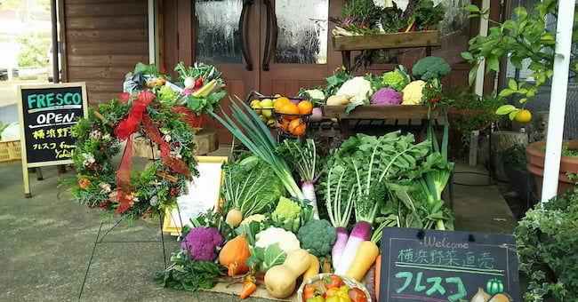 苅部農園フレスコ 店頭に並ぶ色彩豊かな旬の野菜がお客さまの目を引く