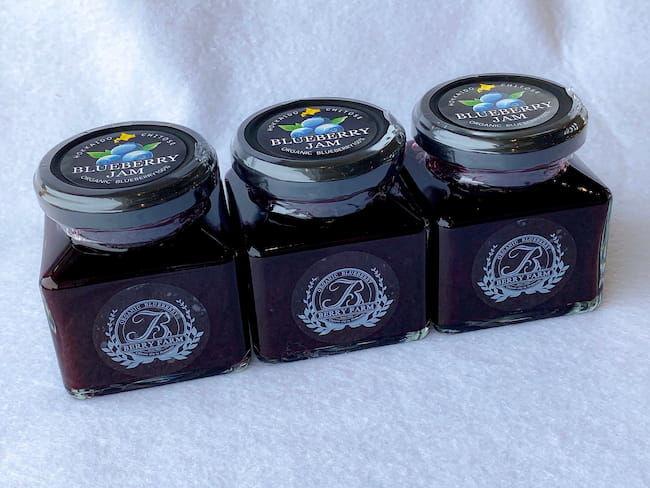 ベリーファームのジャム。自社栽培ブルーベリーと北海道産のてんさいから製造されたグラニュー糖を使用