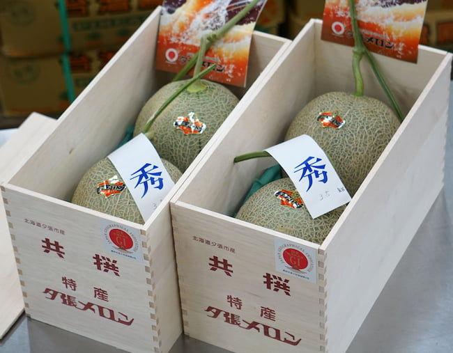 2021年5月 豊洲市場での夕張メロンの初競りで落札された「木箱入り秀品2玉」
