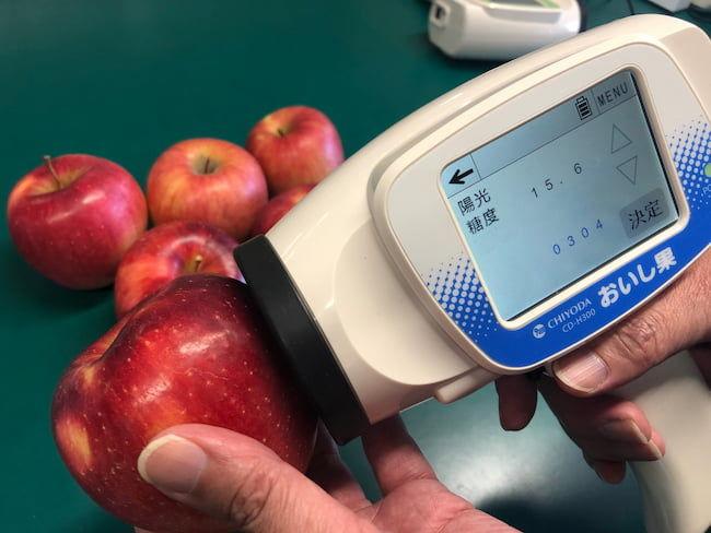 ハンディ型の非破壊式糖度計