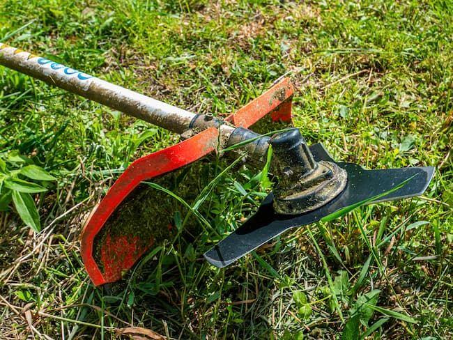 金属刃タイプの草刈り機(刈払い機)