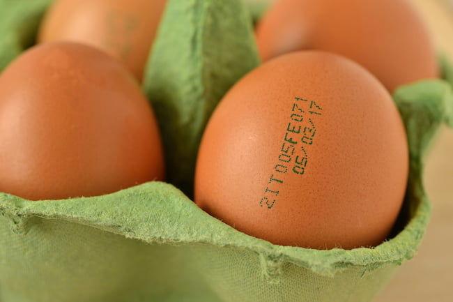 消費期限がプリントされた卵