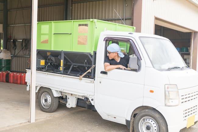 コンテナに排出した籾を籾乾燥機のある作業場所まで運び込む