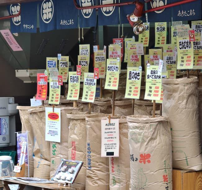 有名なブランド米から特定地域の銘柄米まで、多様な銘柄米が並ぶ米穀店