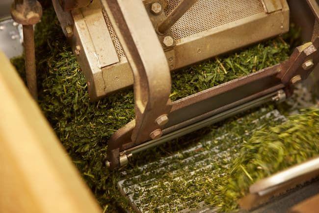製茶工場。農事組合法人 2号法人は「農業に関連する事業」として、農産物の加工・販売などができる。