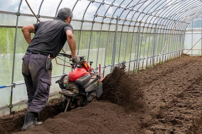 土壌消毒をする場合、耕うんの深度も土壌消毒剤の注入も40cm程度を目安にそろえる