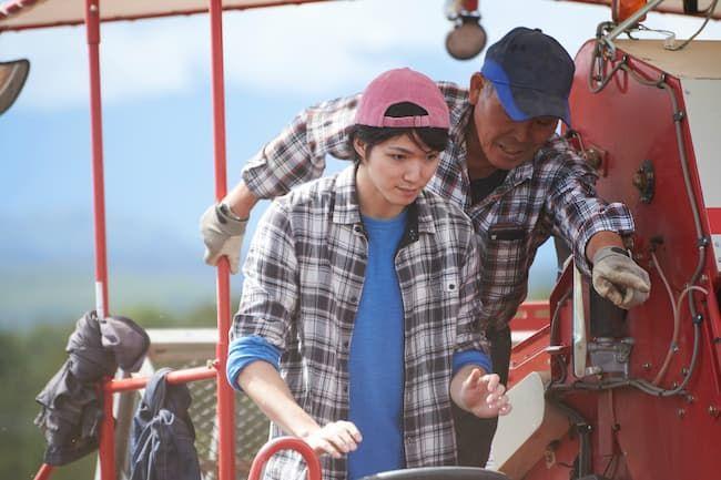 研修期間中に農機の操作を教わる若者